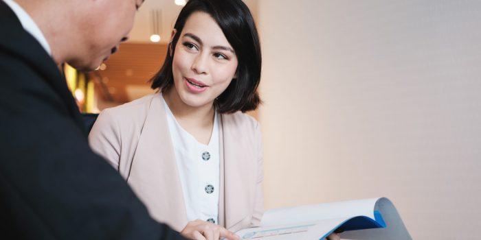 En kvinna på ett försäkringsbolag visar en företagare olika alternativ av försäkringar för honom och hans verksamhet, såsom inkomstförsäkring, sjukförsäkring, olycksfallsförsäkring och ansvarsförsäkring.