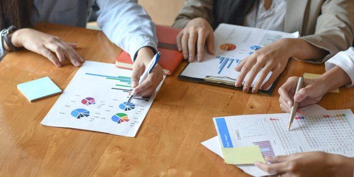 Ägare i ett handelsbolag planerar att ta ett företagslån. De gör en budget med hjälp av försäljningskalkyler och förväntade framtida kostnader.