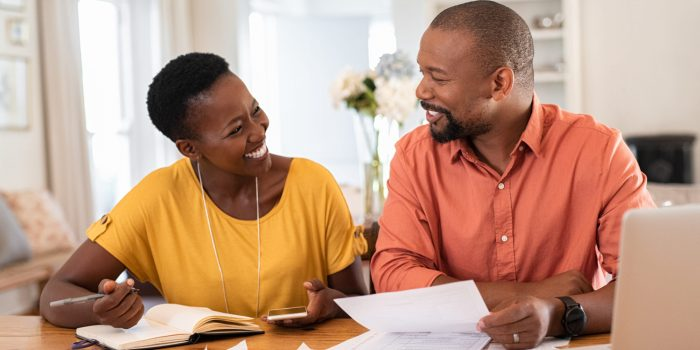 Två glada företagare som sökt företagslån utan säkerhet och nu fått finansiering till sin investering.